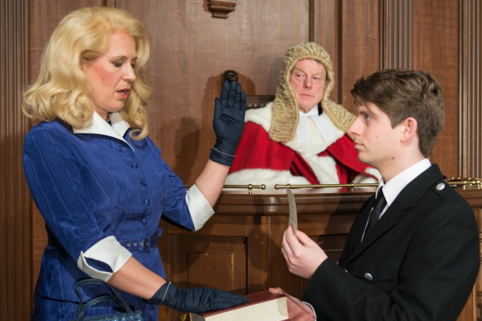 Vereidigung Christine: Christine (Verena Peters), Richter Wainwright (Wolfgang Riehm), Gerichtsdiener (Patrick Michel) (#1)