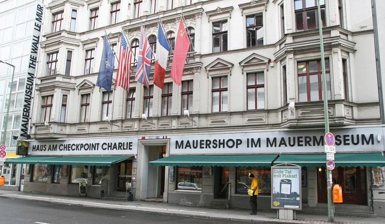 Haus am Checkpoint Charlie: Ebenfalls ein Touristen-Magnet und unbedingt sehenswert. Hier bekommt man Informationen über das geteilte Deutschland und die bewegte Geschichte. (#06)