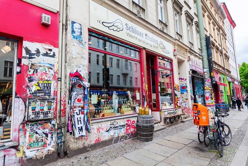 In Kreuzberg gibt es ihn noch, den echten Berliner Kiez. Mit der U-Bahn zur Haltestelle Kottbusser Tor fahren und den Damm hinunter schlendern. (#04)