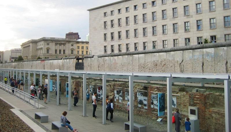Topographie des Terrors: An diesem Ort kann man viel über die deutsche Geschichte während des Dritten Reichs erfahren. Der Sitz der GeStaPo mit eigenem Gefängnis , der Sicherheitsdienst der SS und die Reichsführung der SS befanden sich an diesem Ort. (#02)
