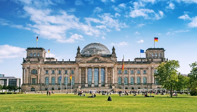Unbedingt sehenswert ist die Kuppel des Reichstagsgebäudes, von der man einen 360 Grad Blick über Berlin haben kann. (#02)