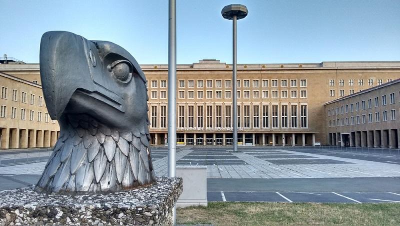 Ein echter Geheimtipp ist der alte Flugplatz Tempelhof. Auch hier findet man, wie so häufig in Berlin noch viel von der Geschichte vergangener Jahre. (#05)