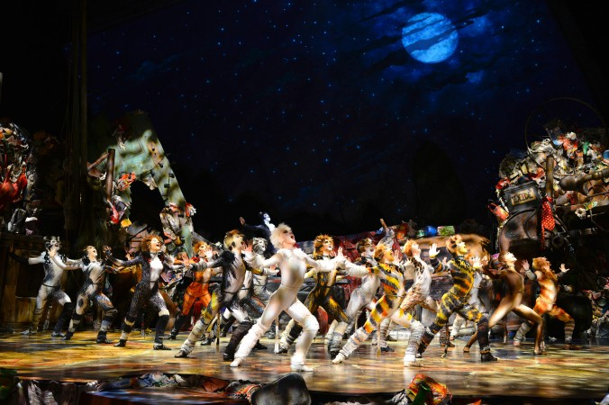 Das Musical Cats im Admiralspalast Berlin verzaubert mit einem atemberaubendem Bühnenbild, tollen Kostümen und einer herrausragenden Choreografie.