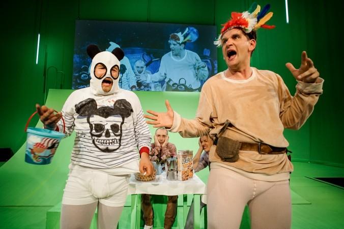 """Ralf Peng (Sebastian Schwarz) spielt das diktatorisches Riesenbaby in """"Peng"""". Politik trifft Theater auf der Schaubühne Berlin."""