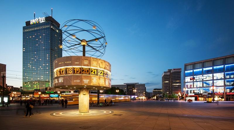 Dieses Studio gibt es auch in der Realität und es befindet sich in der Dircksenstraße 88. Im TV gehört es Daniel Krause und es liegt in unmittelbarer Nähe zum Alexanderplatz (#02)