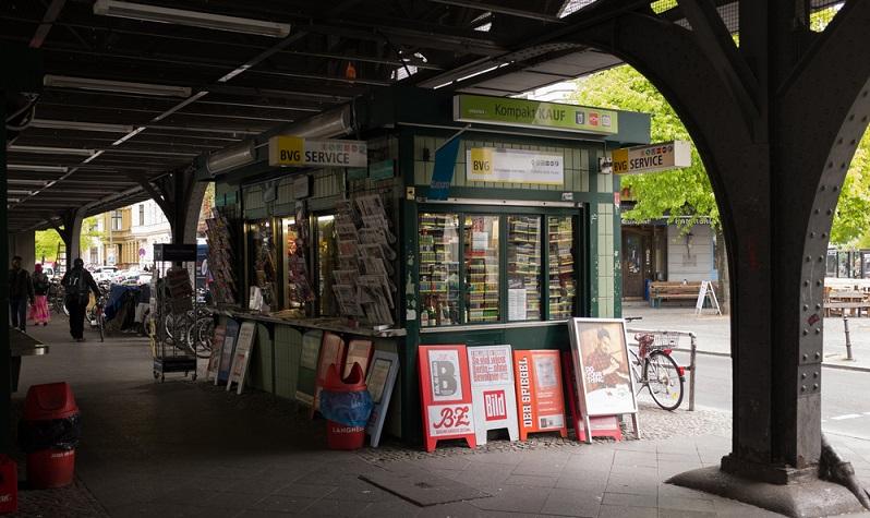 Hier in der Werkstatt arbeitet Joe, auch Fabrizio ist von der Pizzeria in die Werkstatt gewechselt und verdient nun dort sein Geld. Sie befindet sich in der Nähe vom Görlitzer Bahnhof, die U-Bahn-Haltestelle trägt ebenfalls diesen Namen. (#03)