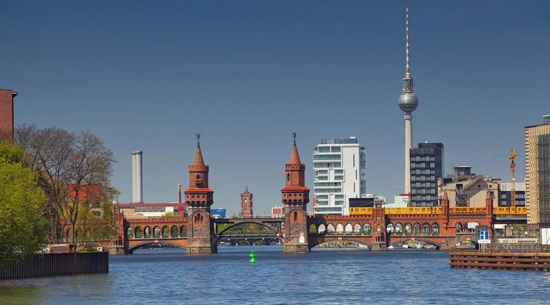 """Hauptdrehorte für """"Berlin – Tag und Nacht"""" sind die Stadtteile Kreuzberg und Friedrichshain, wobei die Oberbaumbrücke wohl am häufigsten in der Serie zu sehen ist. (#01)"""