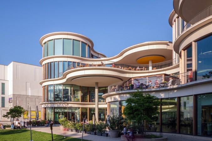Mitten in Berlin in der wunderschönen Schloßtraße gelegen, verspricht der Boulevard Berlin ein echtes Einkaufserlebnis. Ein architektonisch auffälliges Einkaufszentrum mit reichlich Shops für Mode, aber auch zahlreichen Restaurants und Cafés. Hier kommt jeder Besucher auf seine Kosten. (#1)