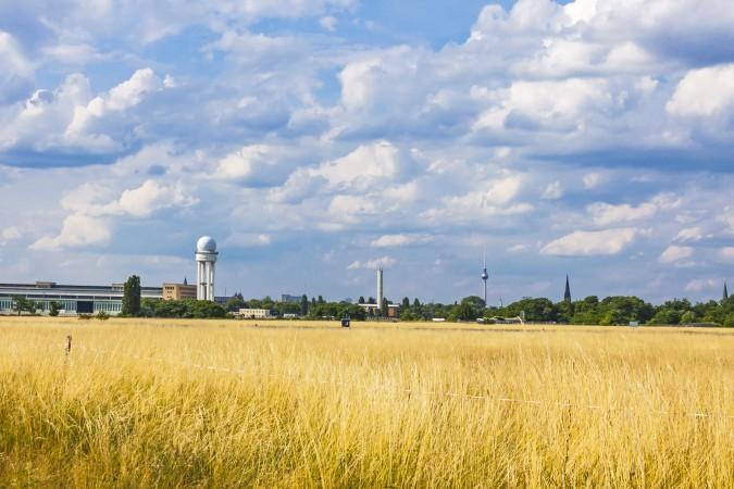 """Einheimische Berliner, Zugezogene und Touristen schätzen das Tempelhofer Feld und die spürbare und pure Freiheit, wenn man auf dem großen Feld angelangt ist. Man hat sofort das Gefühl """"Hier ist alles möglich!"""" Und tatsächlich kann man hier eine Menge erleben. (#1)"""