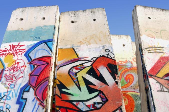 Doch nicht nur auf der East Side Gallery, sondern auch auf zahlreichen andere Mauer-Teilstücke werden Graffitis angebracht - ob man hier dann noch von Kunst oder nur von Schmiererei sprechen kann, daran scheiden sich die Geister. (#3)
