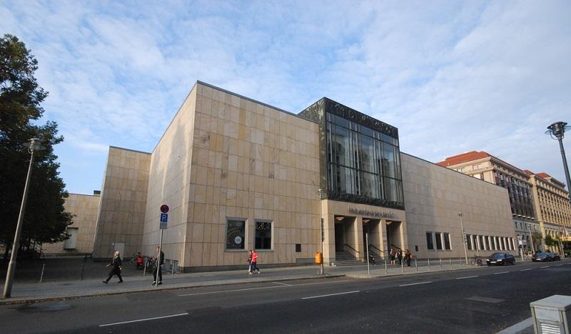 Die Komische Oper Berlin in der Behrenstraße in Berlin Mitte blickt auf eine über 100 Jahre alte Geschichte zurück. (#05)