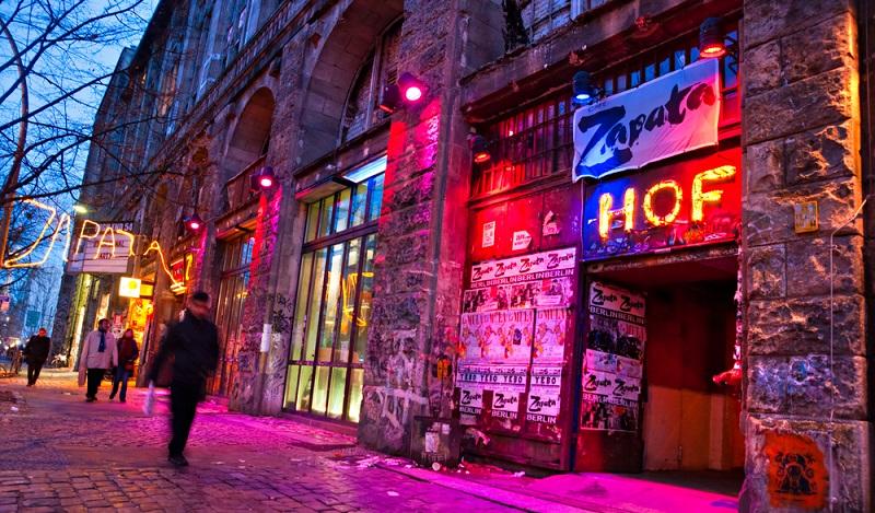 """Die alte Ruine des Wertheim-Kaufhauses wurde zum """"Tacheles-Kulturzentrum"""". Von Hausbesetzern der umliegenden Straßen entstanden in den vielen leer stehenden Läden Szenekneipen in der Spandauer Vorstadt. (#03)"""