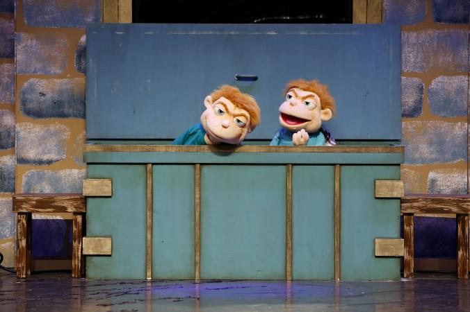 Die Handpuppen Zwillinge Ben und Jerry machen dem Gespenst von Canterville das Leben schwer.