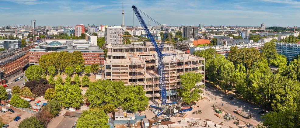 Die Immobilien in Berlin profitieren von den Investitionen. Wie hier am Alexanderplatz verändert die Modernisierung der Immobilien das Stadtbild nachhaltig, meist zum Positiven hin. Der Berliner sieht es nicht ganz so gelassen, führen die Modernisierungen doch zu steigenden Mieten.(#3)