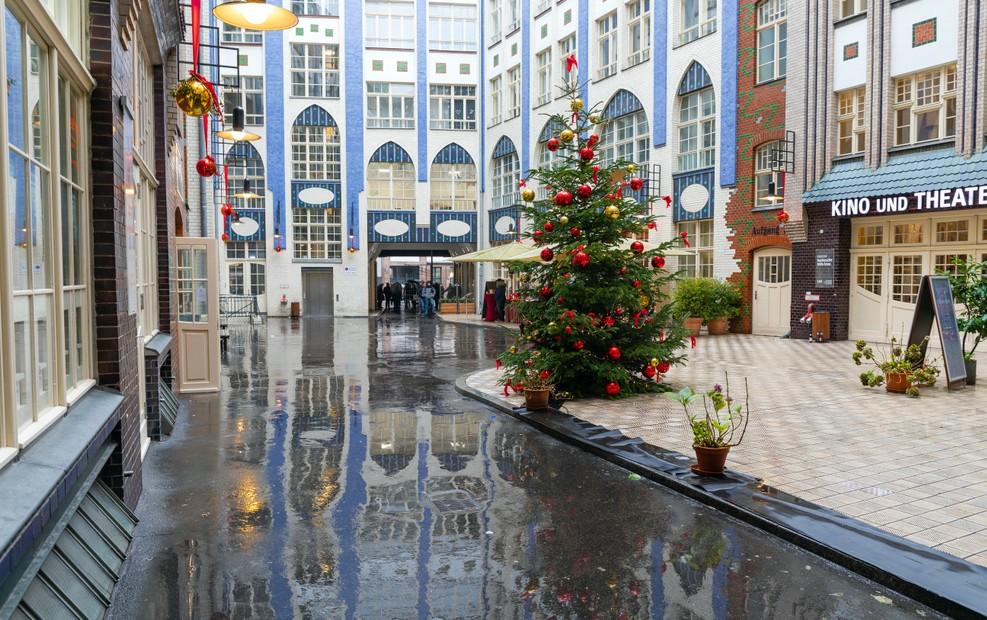 Die Hackeschen Höfe zählen zu den bekanntesten Immobilien in Berlin. Mieten stiegen im Zentrum von Berlin besonders stark. Doch auch Prenzlauer Berg und Marzahn mussten zulegen. Seit dem Jahr 2012 stiegen die Mieten um teils mehr als 70 Prozent. So liegen bei manchen Immobilien derzeit die  Quadratmeterpreise in Berlin bei bis zu 14,50 Euro. (#1)