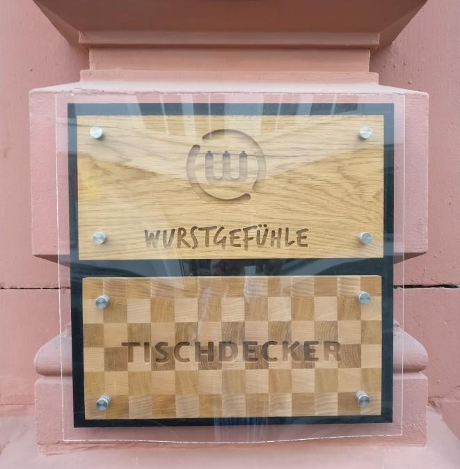"""Mainzer Wände in der Altstadt. In der Neutorstraße 13 residiert das """"Wurstgefühle"""", ein sogenannter  """"Tischdecker""""."""
