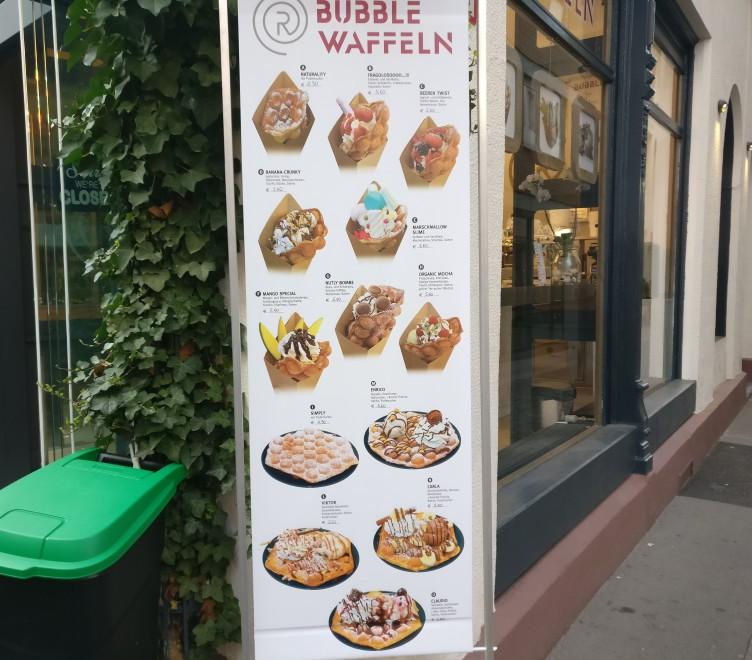 Diese Mainzer Wände sind jedem Mainzer bekannt. Die Tafel des Eiscafé Rialto am Anfang der Augustinergasse. Das Bällchen Eis ist hier für stolze 1,30 Euro zu haben.
