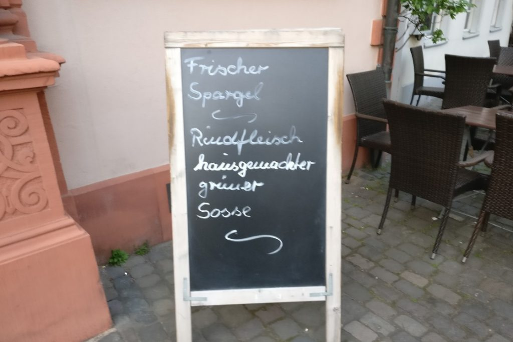 Auch am Liebfrauenplatz finden sich Mainzer Wände. Der Spargel wird sicher munden und über die eigenwillige Interpretation der Regeln deutscher Rechtschreibung hinwegsehen lassen.