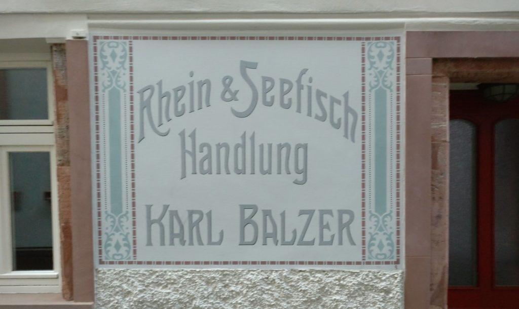"""Diese Mainzer Wände künden von längst vergangenem. An der Wand am Haus der Fischergasse 20 prangt das Schild der ehemaligen """"Rhein & Seefisch Handlung Karl Balzer"""". Die Fischergasse ist recht versteckt und nur die Wenigsten dürften dieses Haus je gesehen haben. Ich für meinen Teil gehe oft gerne durch die enge Fischergasse, das Schild mal wieder anzuschauen."""