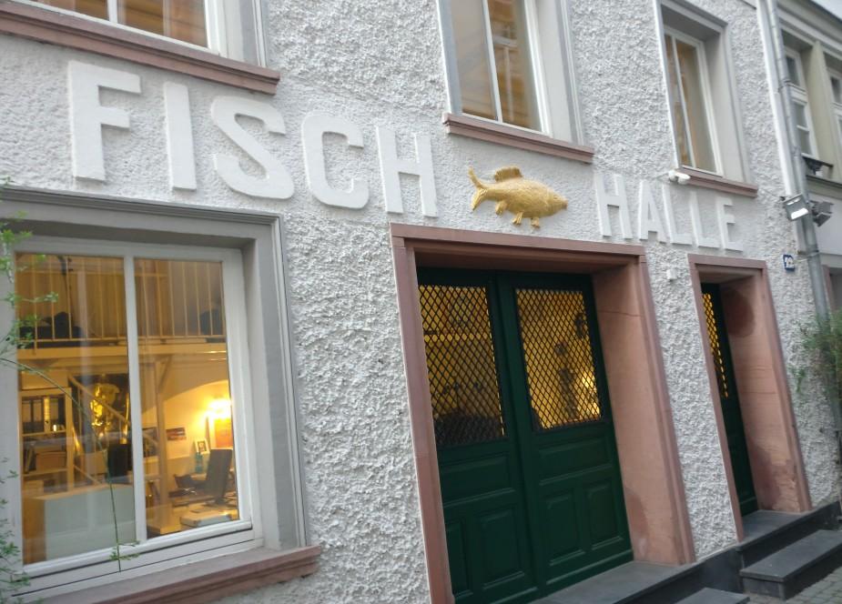 """Schätze liegen oftmals dicht beieinander. Diese Mainzer Wände gehören zum Haus """"Fischergasse 12"""". Die frühere Fischhalle ist nunmehr Wohngebäude. Ein Teil der Ausstrahlung ist erhalten geblieben. Warum jagen meine Gedanken beim Anblick des Fotos sofort in das Jahr 1900?"""