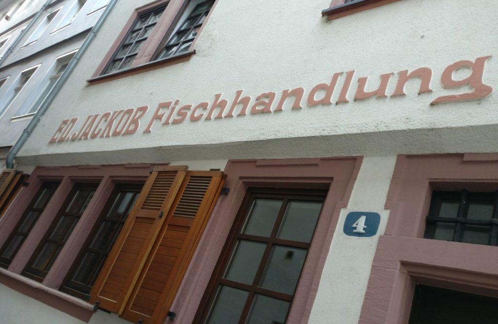 """Die dritten Mainzer Wände aus der Fischergasse sind jene hier. Sie gehören zum Wohnhaus Fischergasse Nr. 4. Das Haus beherbergte früher die Fischhandlung """"Ed. Jackob""""."""
