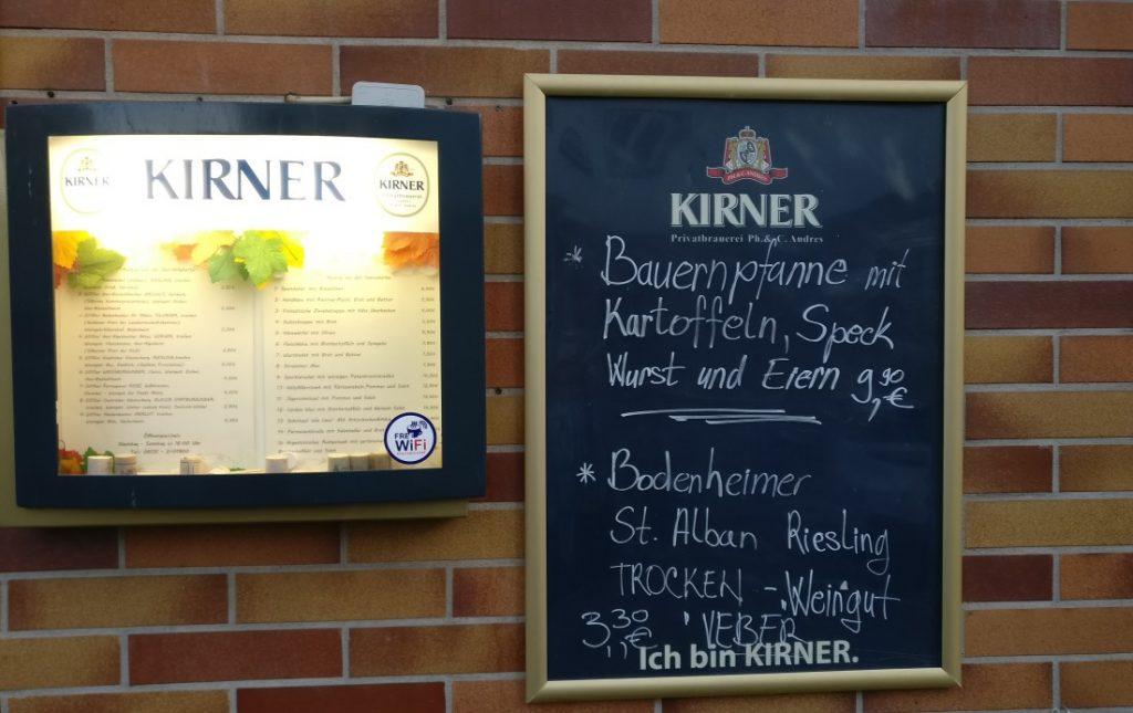 """In der Grebenstraße 18 finden sich ebenfalls Mainzer Wände, die früher das bekannte und beliebte """"Weinhaus Erbacher Hof"""" beherbergten, das zu meinen Stammlokalen zählte. Die """"Weinkrone"""" hat mittlerweile Einzug gehalten. Das Weinhaus """"Erbacher Hof"""" hatte eine eigene Geschichte aus mehreren Jahrhunderten zu erzählen."""