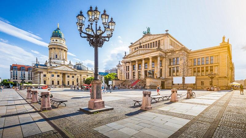 Rund um den Gendarmenmarkt im Herzen Berlins locken zahlreiche Weingeschäfte die Besucher an. (#3)