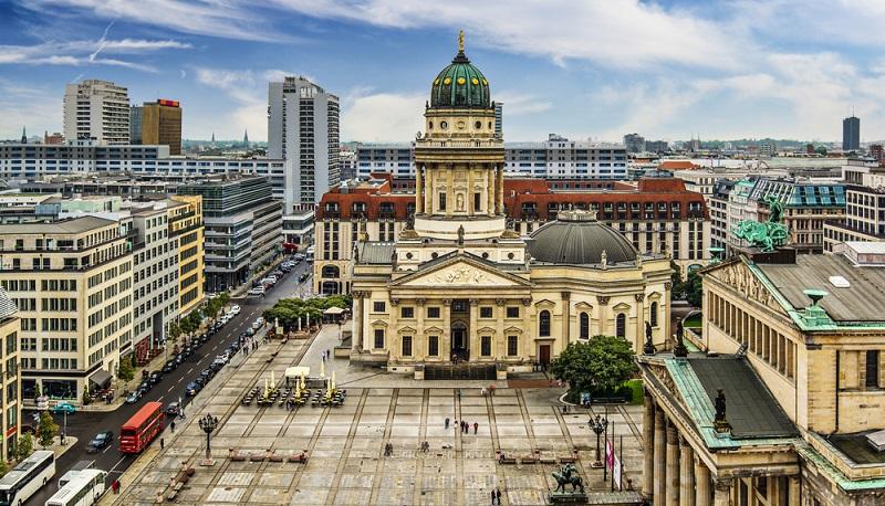 Bis zum Fall der Mauer 1989 war die Deutsche Oper für die Westberliner das einzige Opernhaus und große Musiktheater der Stadt.