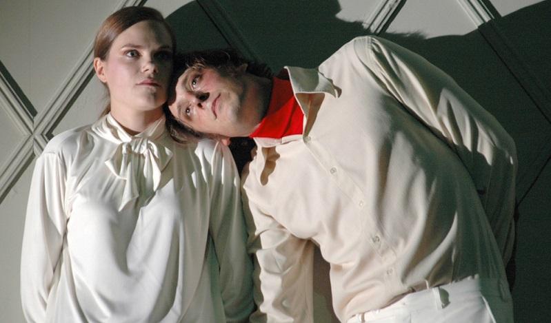 Das Repertoire des Theaters umfasst Klassiker und zeitgenössische Stücke, die vom Ensemble künstlerisch umgesetzt werden.