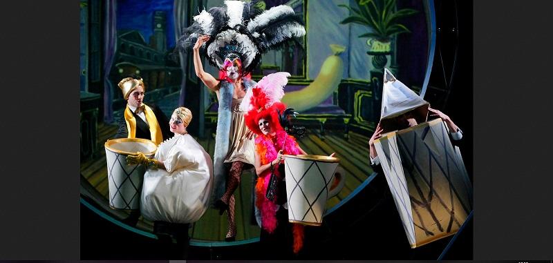"""Alles Schwindel"""" wurde in Zusammenarbeit mit Marcellus Schiffer kreiert und begeistert die Zuschauer in mehrfacher Hinsicht: Die Mischung aus Tanz und Kostümen sowie einprägsamer Musik, die noch lange nach dem mehr als dreistündigen Theaterbesuch im Ohr bleibt, sorgt für hervorragende Unterhaltung."""