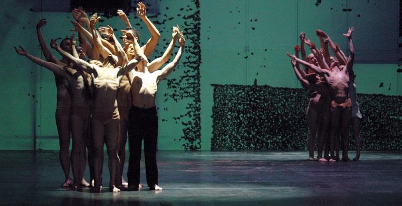 Tanztheater Berlin spielen mit vollem Einsatz die Inszenierung Dido & Aeneas