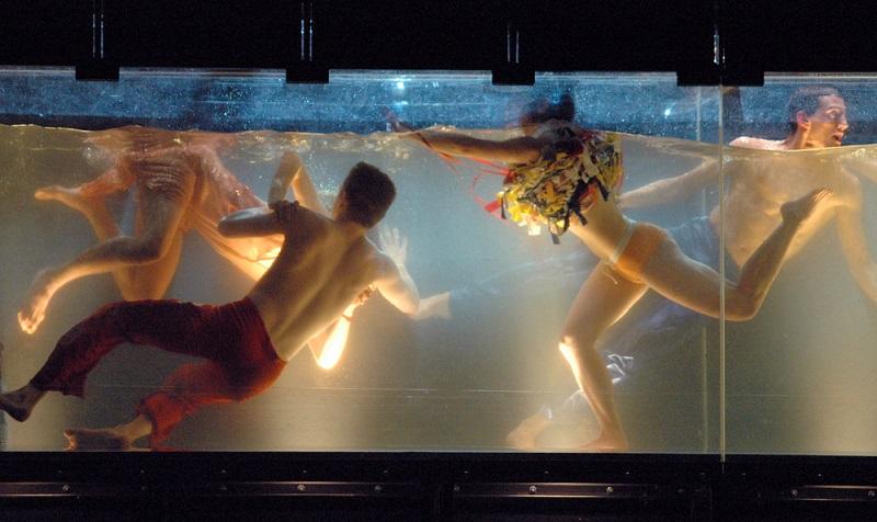 Tanztheater Berlin Szene im Wasser bei der Inszenierung Dido & Aeneas