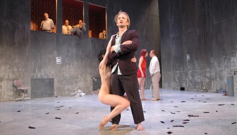 """Die Compagnie Toula Limnaios produziert ihre Stücke in der Spielstätte """"Halle Tanzbühne"""" in Berlin."""