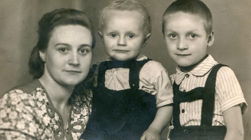 Das junge Ehepaar April und Frank Wheeler lebt in den 50er Jahren mit seinen zwei kleinen Kindern in einem beschaulichen US-amerikanischen Vorort.