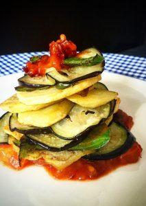 Wer das Glückshotel Mallorca verlässt und sich den kulinarischen Freuden der Insel öffnet, der wird unweigerlich auf den Gemüseauflauf Tumbet stoßen.  Sein Rezept haben wir hier für alle diejenigen, die den Tumbet auch mal in der Heimat genießen wollen. (#3)