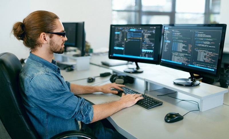 Wer technikaffin ist und dazu noch Ahnung von IT hat, ist hier goldrichtig. ( Foto: Shutterstock- puhhha)