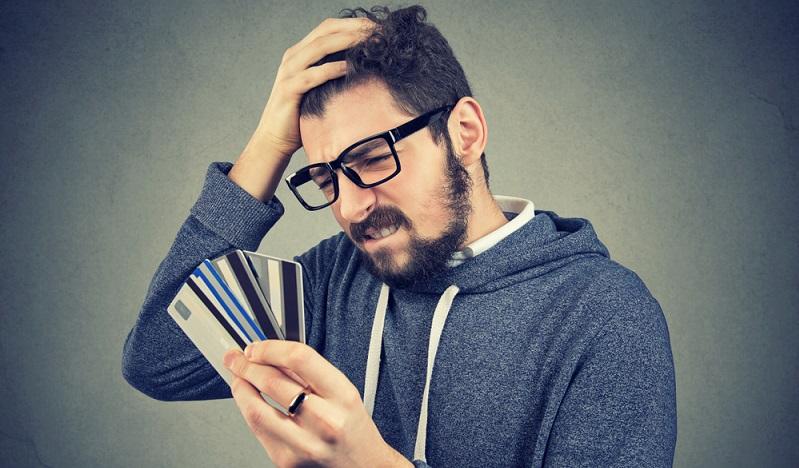 Wer den Bonitätsscore verbessern möchte, verzichtet daher auf unnötig viele Girokonten und bleibt bei einem oder zwei Konten. Das gilt auch für Kreditkarten, von denen eine oder zwei ausreichend sind. (Foto: Shutterstock-_pathdoc)