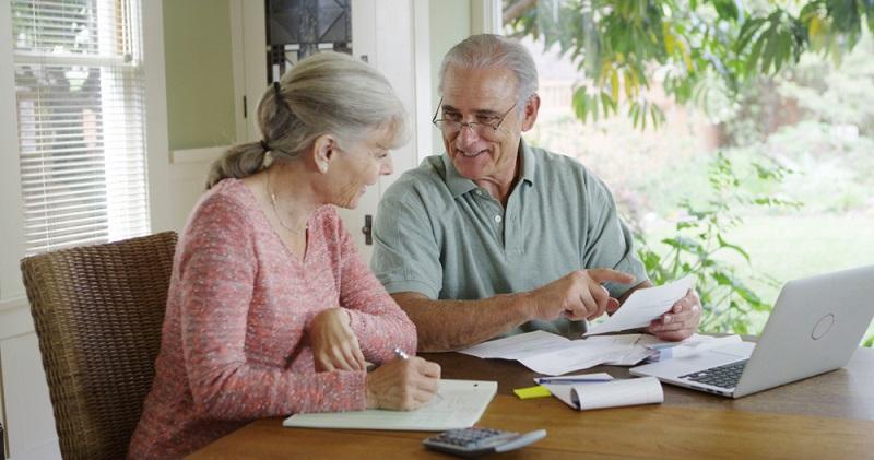 Manche Menschen lassen Rechnungen bis zum letzten Tag der Fälligkeit liegen und zahlen sie dann. Das Problem: Kommt es zu einer Verzögerung bei der Banküberweisung, ist der Zahlungstermin nicht mehr einzuhalten, die Frist wird überschritten. ( Foto: Shutterstock-Rocketclips, Inc._)
