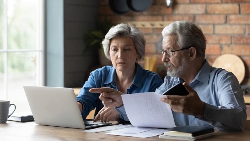 Rechnungen und Raten sollten immer pünktlich gezahlt werden, und zwar so, dass das Geld zum Fälligkeitstag wirklich auf dem Konto des Gläubigers eingegangen ist. (Foto: Shutterstock-_fizkes )